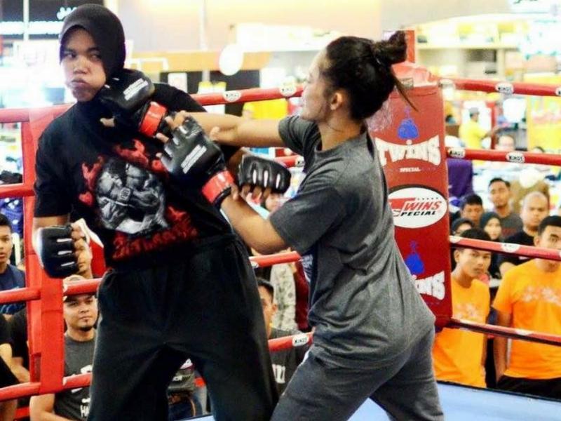 Pertandingan MMA turut menarik perhatian golongan wanita untuk mengambil bahagian.