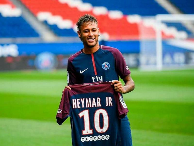 Neymar mencatat rekod bayaran perpindahan pemain tertinggi di dunia.