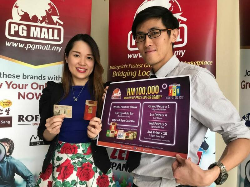 Pengurus Permasaran PG Mall, Tricia Loh (kiri) menunjukkan hadiah istimewa yang ditawarkan kepada orang ramai yang menyertai sebagai ahli PG Mall.