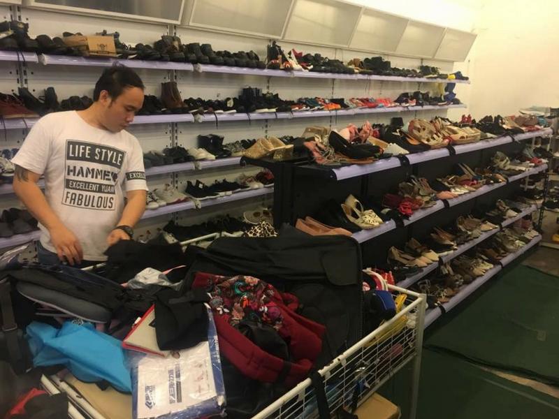 Pelbagai jenis kasut dan beg yang masih elok dijual pada pengunjung.