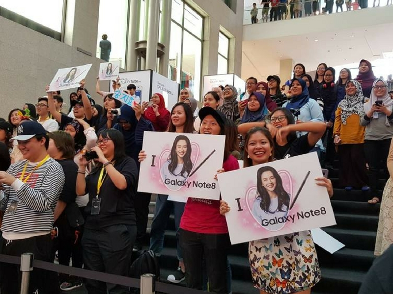 Peminat Song Ji-Hyo dan peminat telefon pintar Samsung sanggup beratur panjang sejak jam 9 pagi untuk masuk ke kawasan majlis pelancaran Galaxy Note 8 di Kuala Lumpur, hari ini.