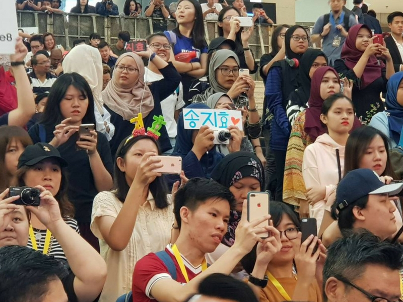 Seramai 100 pembeli pertama Samsung Galaxy Note 8 diberi peluang bertemu dengan aktres Korea, Song Ji-Hyo.