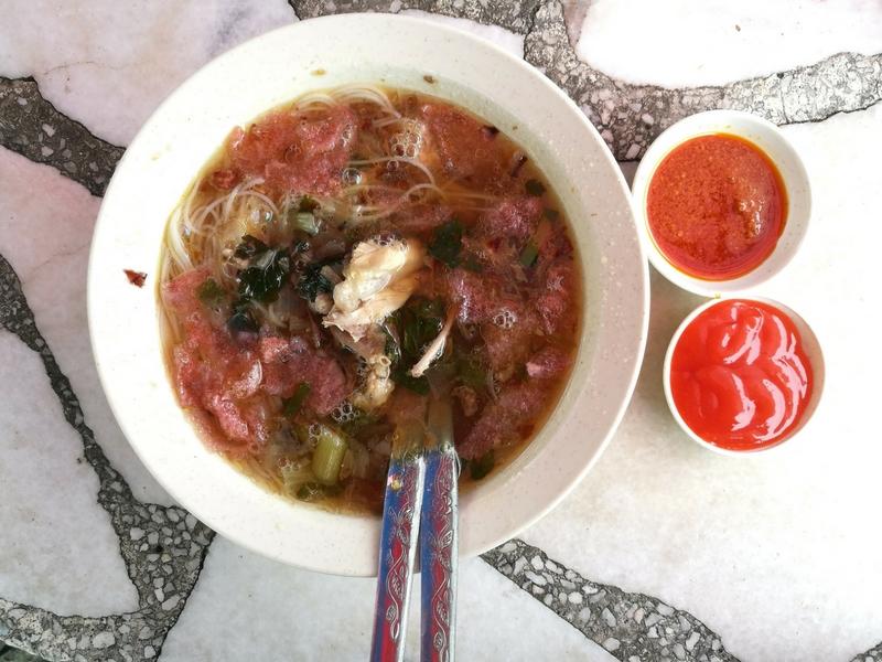 Selain sate, pelanggan juga boleh mencuba bihun sup di gerai Satay Minang Pak Yat ini.