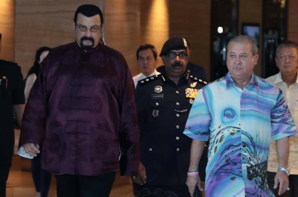 Peminat Teruja Apabila Steven Seagal Singgah Johor