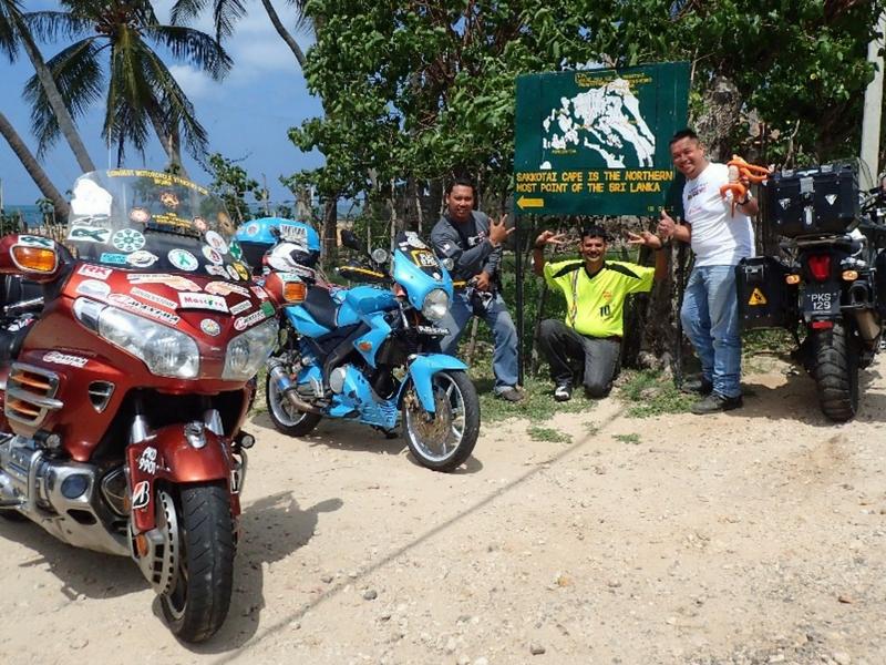 Keith (kanan), Adib (kiri) dan Nanda berjaya sampai di puncak paling utara Sri Lanka semasa Colombo Bike Week baru-baru ini.