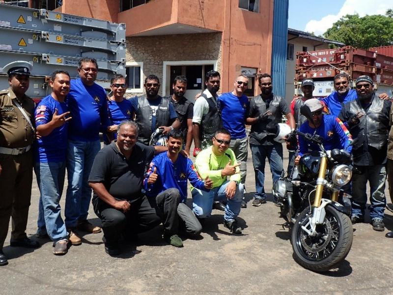 Tiga sahabat bergambar dengan peserta lain dan anggota polis Sri Lanka yang membantu menjayakan kembara Colombo Bike Week di Sri Lanka, baru-baru ini.