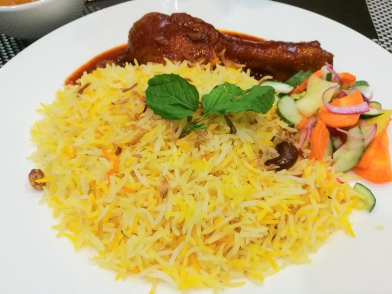 Mereka yang takut mencuba 'kaki kambing' boleh memilih Nasi Briyani Ayam Masak Merah.