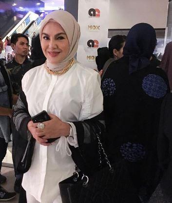 Umie merupakan adik kepada pelakon dan pengarah Erma Fatima
