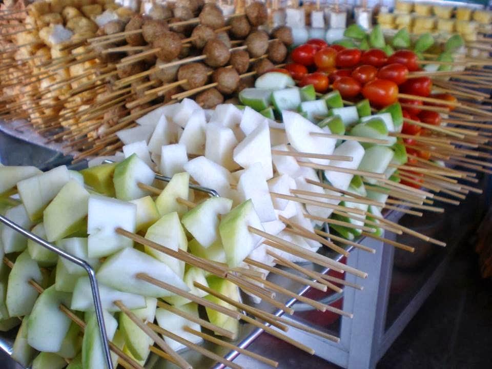 Pelbagai pilihan buah dan sayur.