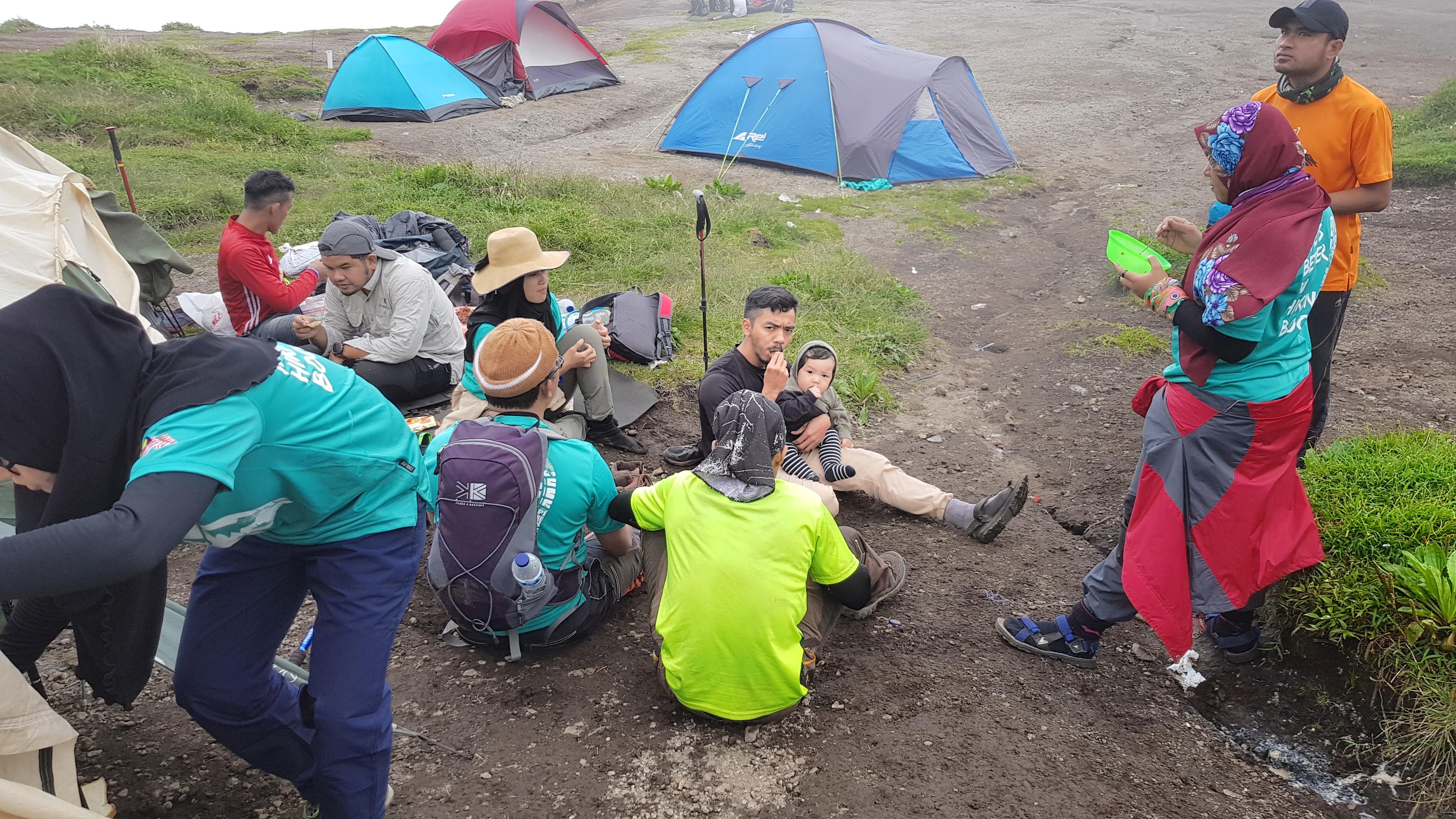 Gelagat Noah yang langsung tidak kekok, malah seakan menikmati aktiviti bersama pendaki lain.