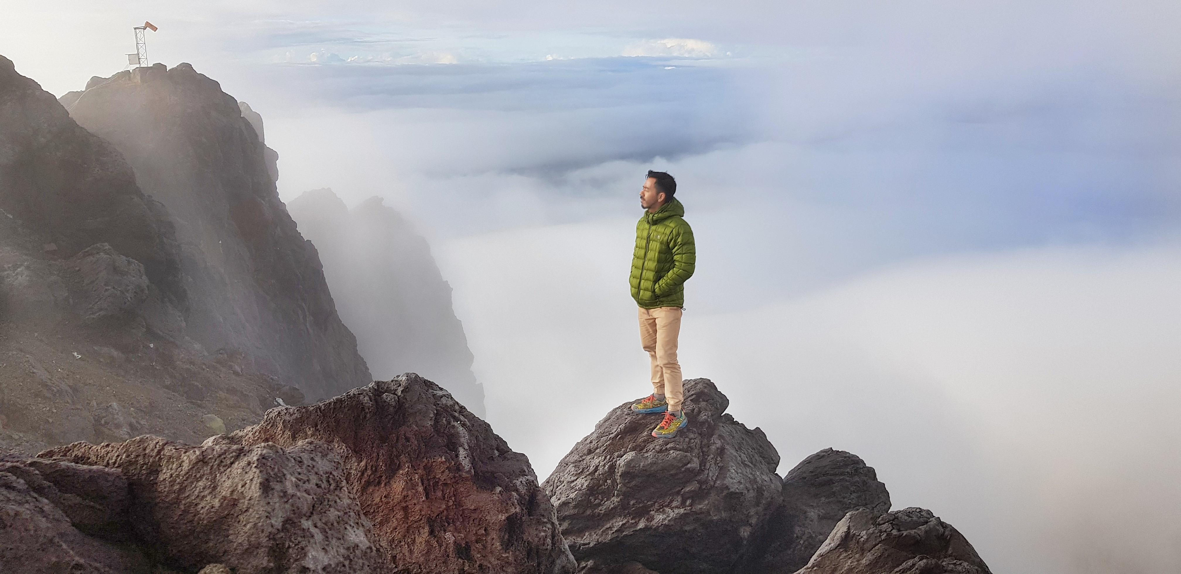 Murshid di puncak Gunung Merapi.