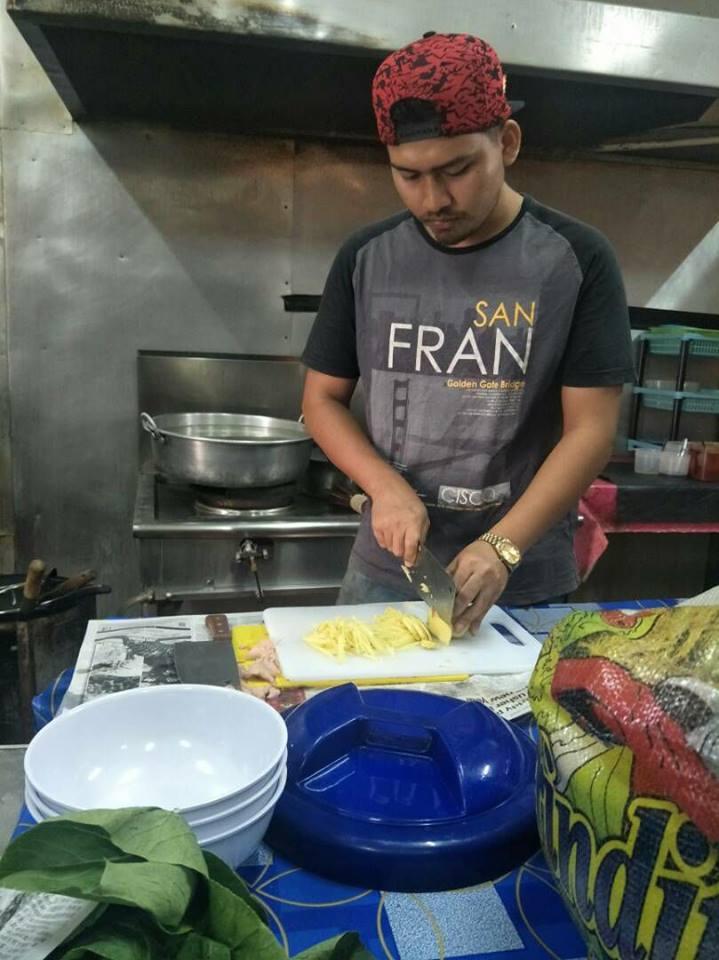 Turut bertindak sebagai chef di restoran milik ibunya.