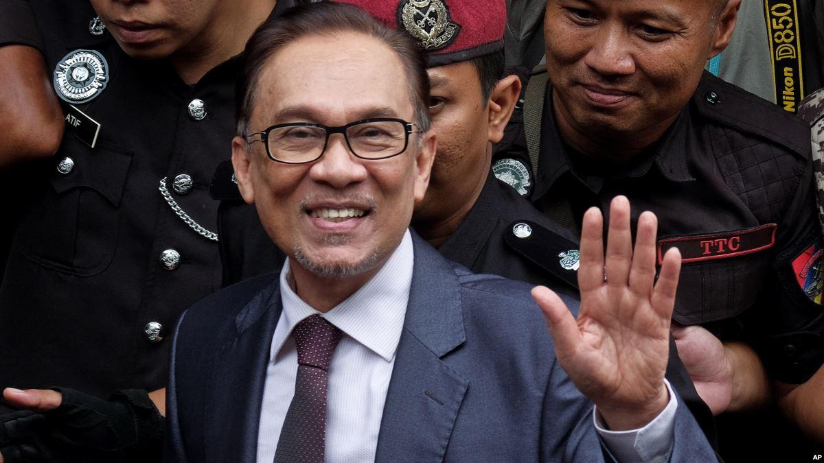Akhirnya Anwar Ibrahim dibebaskan.