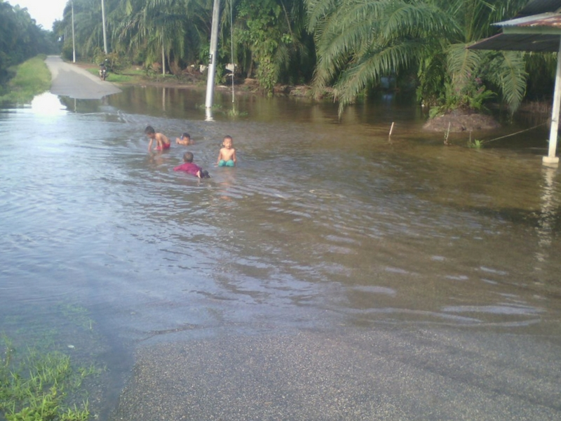 Jangan biarkan anak-anak kecil bermain air ketika banjir.