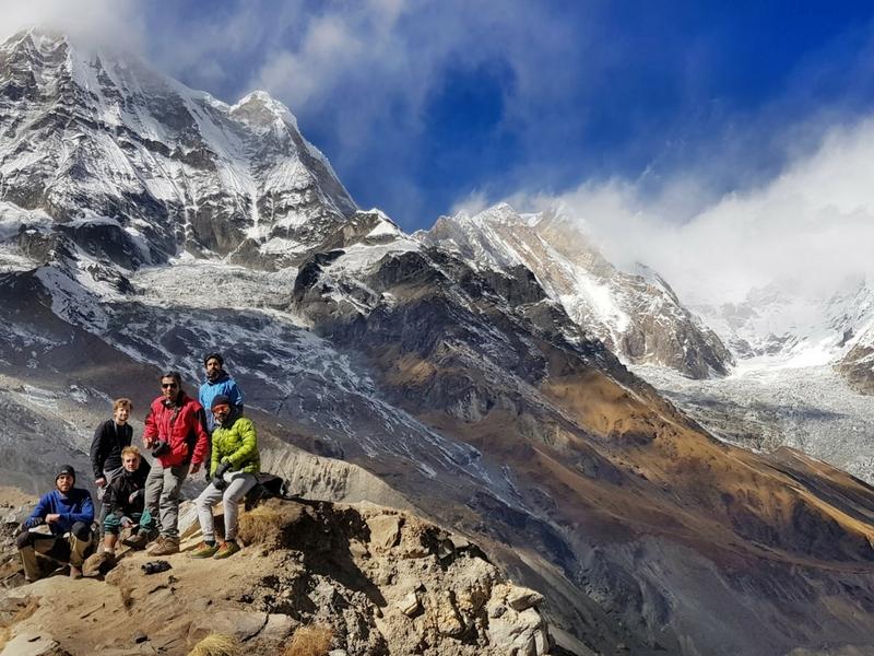 Bergambar bersama pendaki2 lain daripada negara luar.