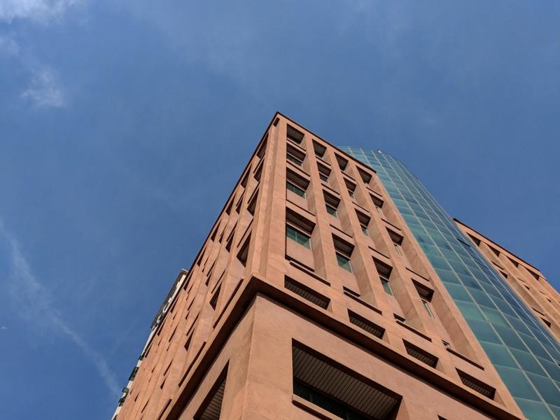 Warna biru langit masih jelas biarpun memfokuskan pada bangunan.