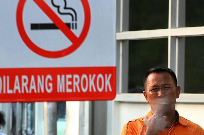 Boleh merokok, cuma pandanglah kiri kanan.