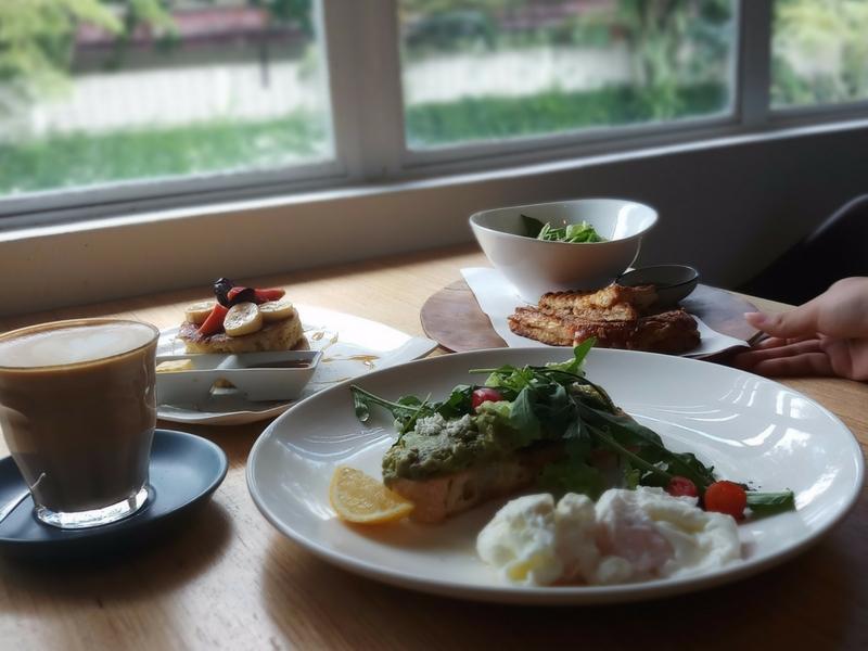 Meja makan yang dekat dengan tingkap adalah kedudukan paling strategik untuk mengambil gambar yang cantik.