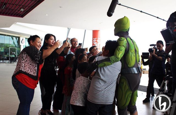 Badang taking selfies with his fans at a random mall.