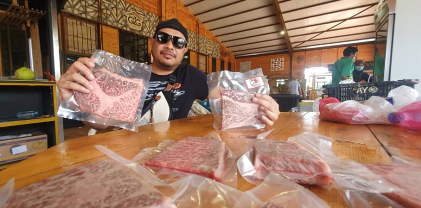 Najib showing his Wagyu beef.