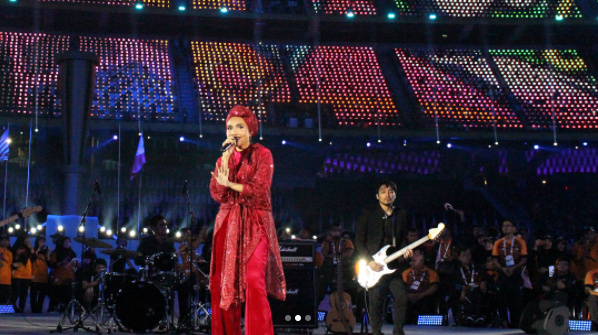Yuna performing during the 2017 Para Asean Games closing ceremony.