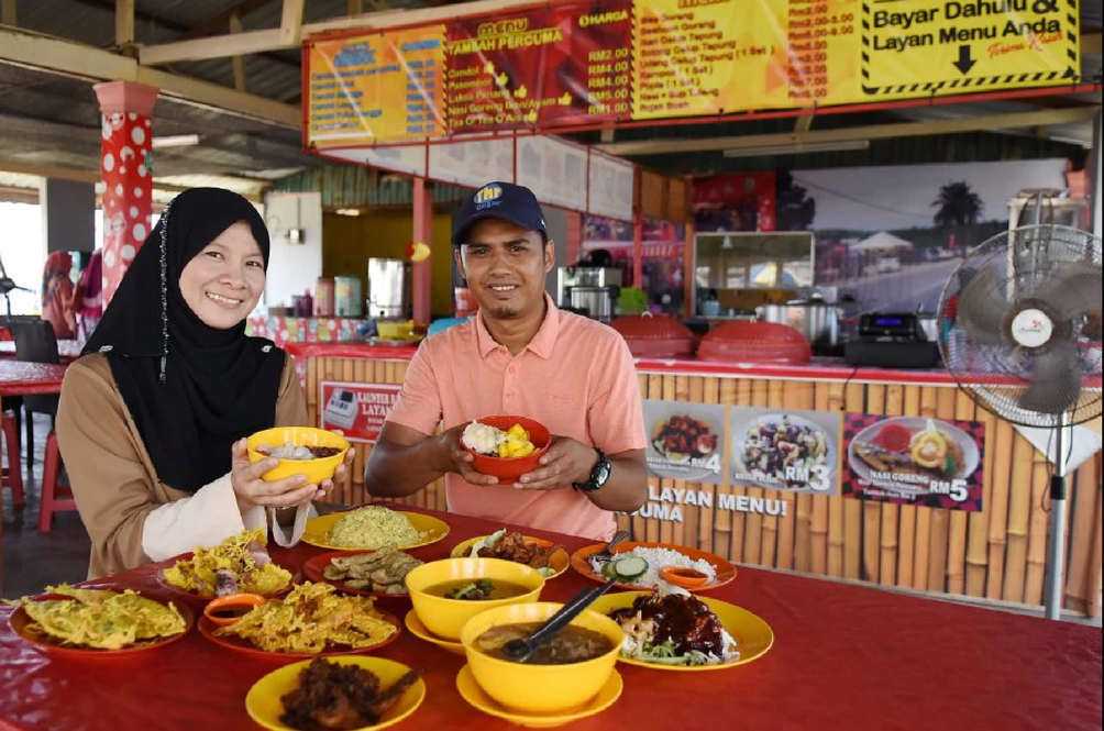 These Kind-Hearted Malaysians Offer Unlimited Free Refills Of Food At Their Stall