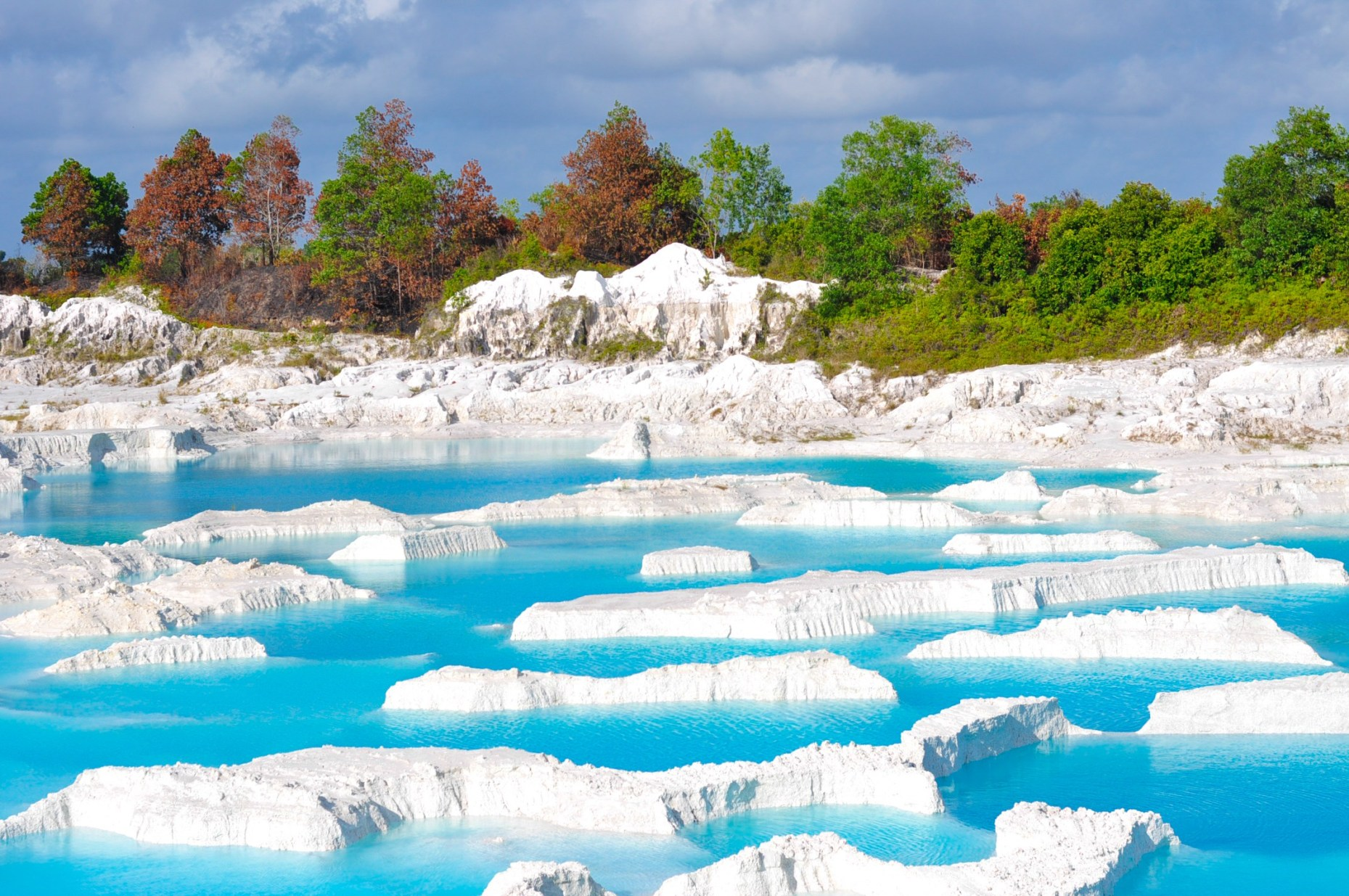 The popular Kaolin Lake.