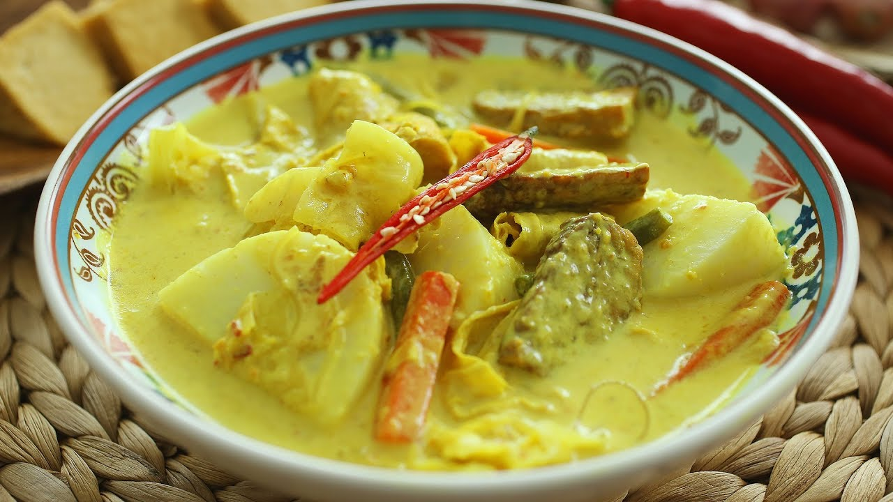 We'd do anything to have a bowl of lontong if your mom's cooking!
