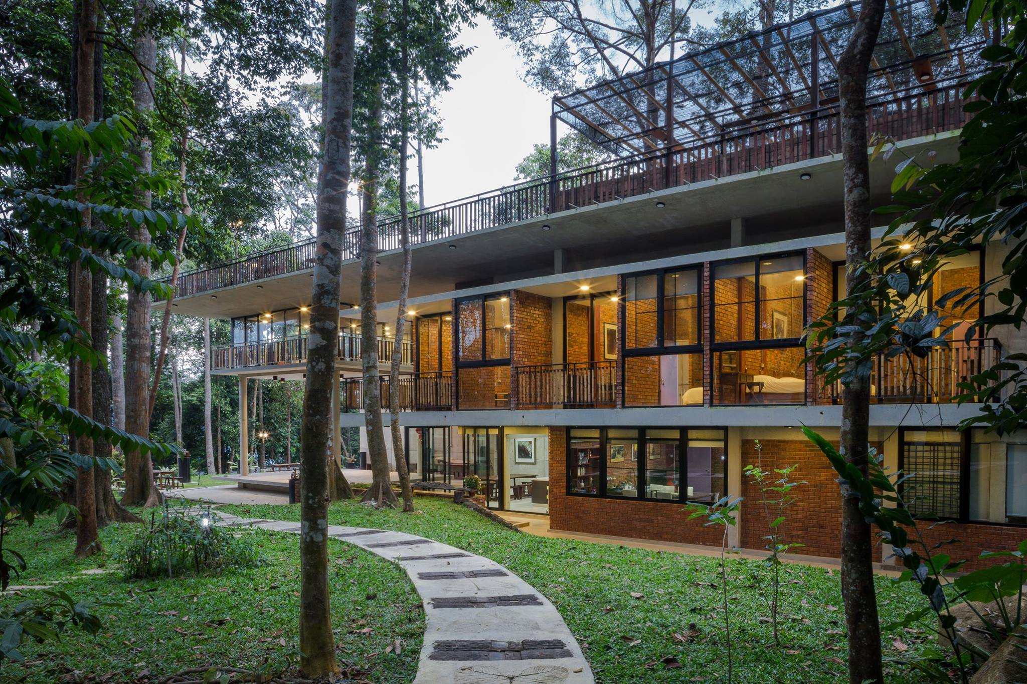 Look at how HUGEEE the award-winning villa is!