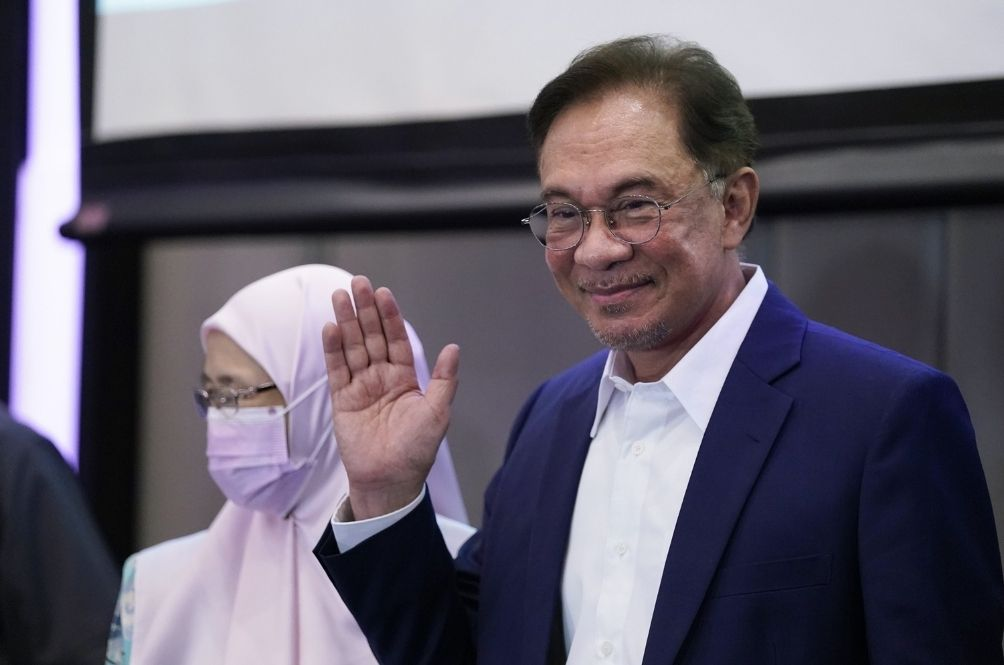 """Change Govt Like Changing Water Filter"" – Netizens React To Anwar's Claim Of New Govt"