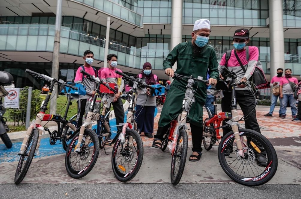 Ebit Lew Donates Foldable Bicycles To Help Foodpanda Walkers Do Their Job; Malaysians Touched