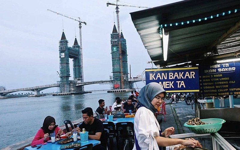 You can eat ikan baka while enjoying the view here.
