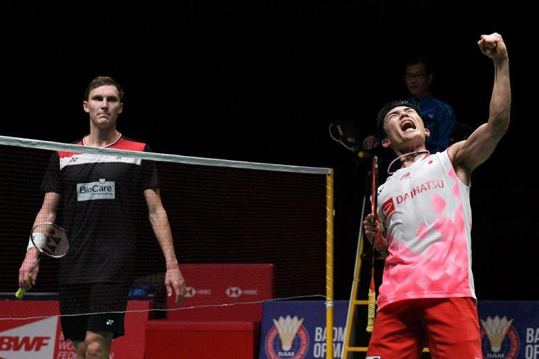 Momota celebrating his win against Axelsen.