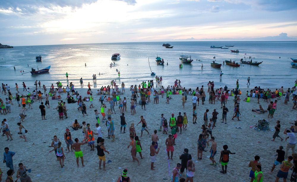 Thousands of tourists flee Koh Phangan following the news of Pabuk Storm.