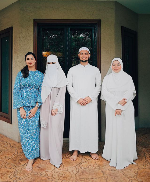 Neelofa and Haris 'guarded' by her sisters.