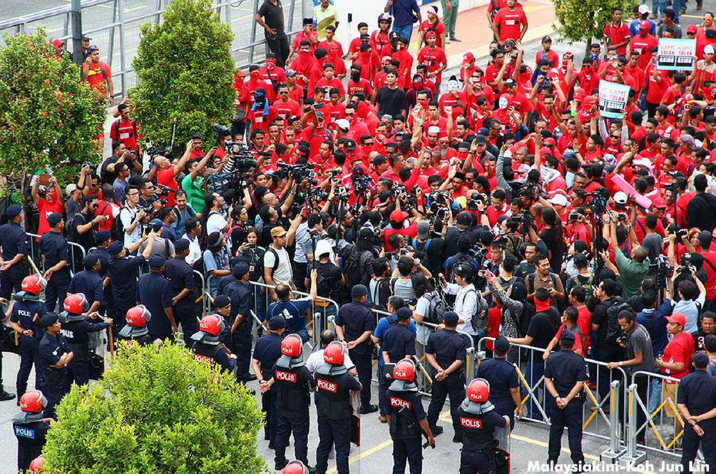 Red Shirts Put On a 'Show' In Front of Malaysiakini Office