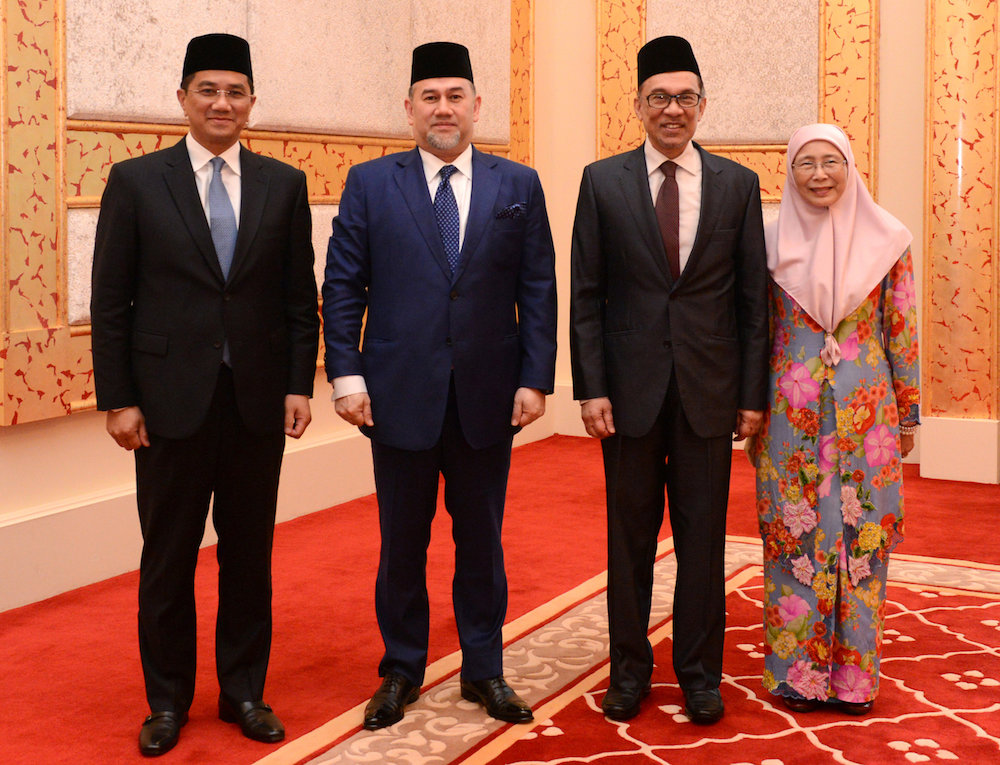 Azmin Ali, Anwar Ibrahim, and Wan Azizah at the royal pardoning ceremony with the King.