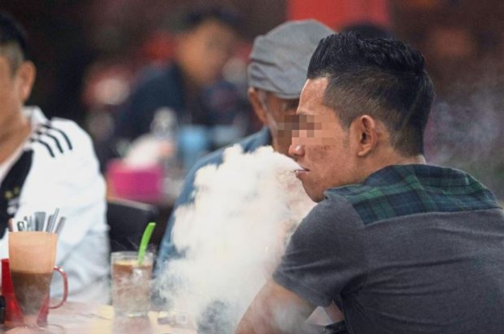 If You See Other Malaysians Still Smoking At Eateries, Here's What You Should Do
