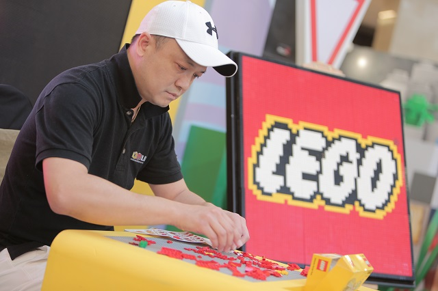 Ng, President of LEGO User Group of Malaysia (LOM), participating in a Speed Building Challenge of the Bunga Raya Mini Build.