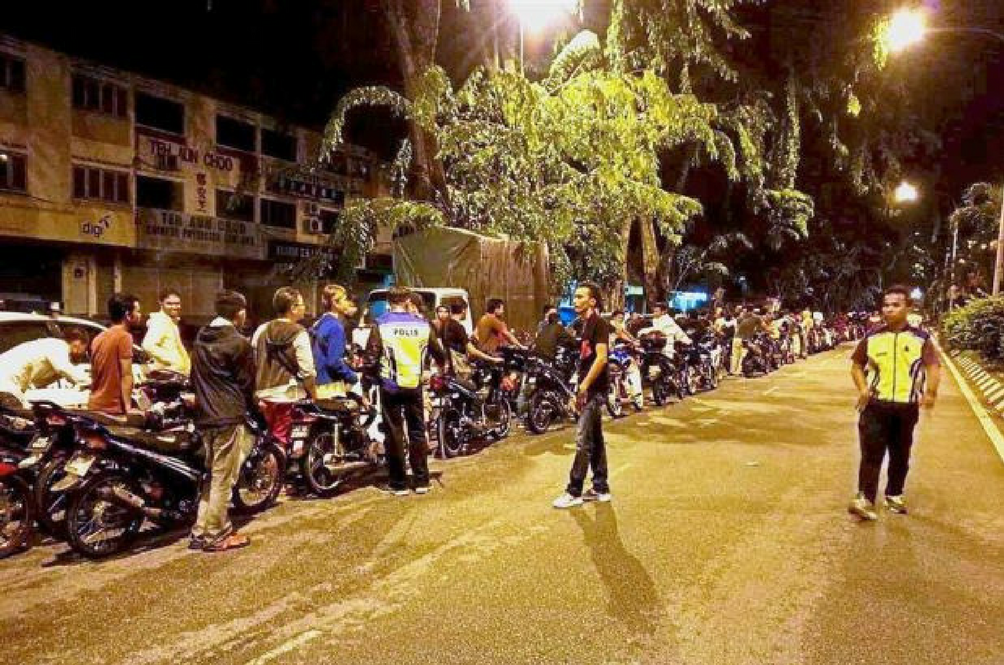 As Punishment, The Police Made 100 'Mat Rempit' Push Their Motorcycles - For 5KM!