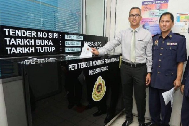 Mohd Zawawi Zakaria (left) and Perak JPJ vehicle license registration unit chef Ridzuan Rayman (right) with the bidding box.
