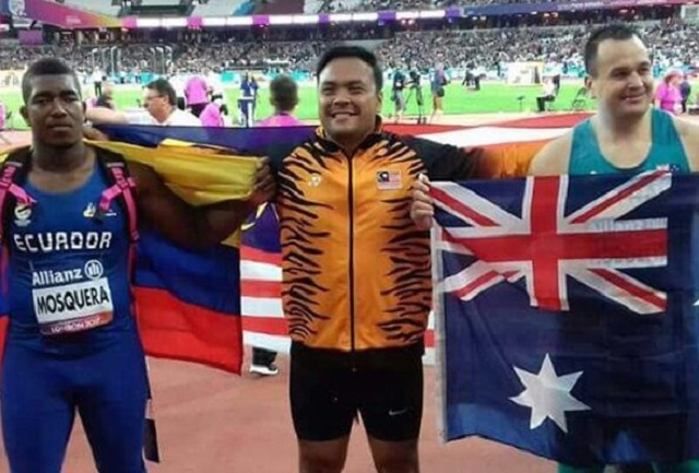Ziyad wearing the Malaysian flag proud with Ecuador's Stalin Mosquera and Australian Todd Hodgetts on each side.