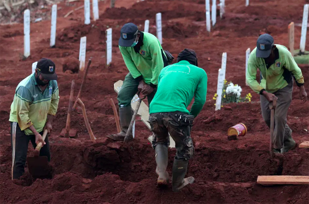 Indonesian Authorities Punish Anti-Maskers By Making Them Dig Graves For COVID-19 Victims