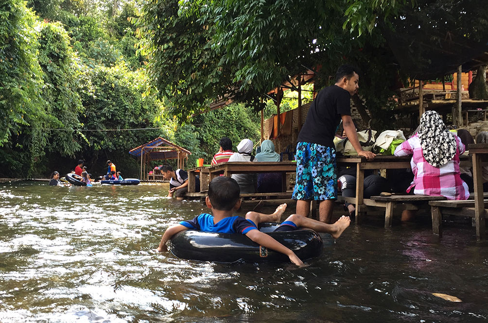 This Malaysian Café Lets You Enjoy Your Meal - In A River!
