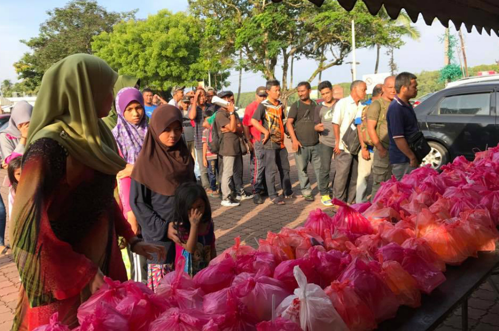 Meet The Malaysian Who Gives Out Free Food During The Entire Month Of Ramadhan