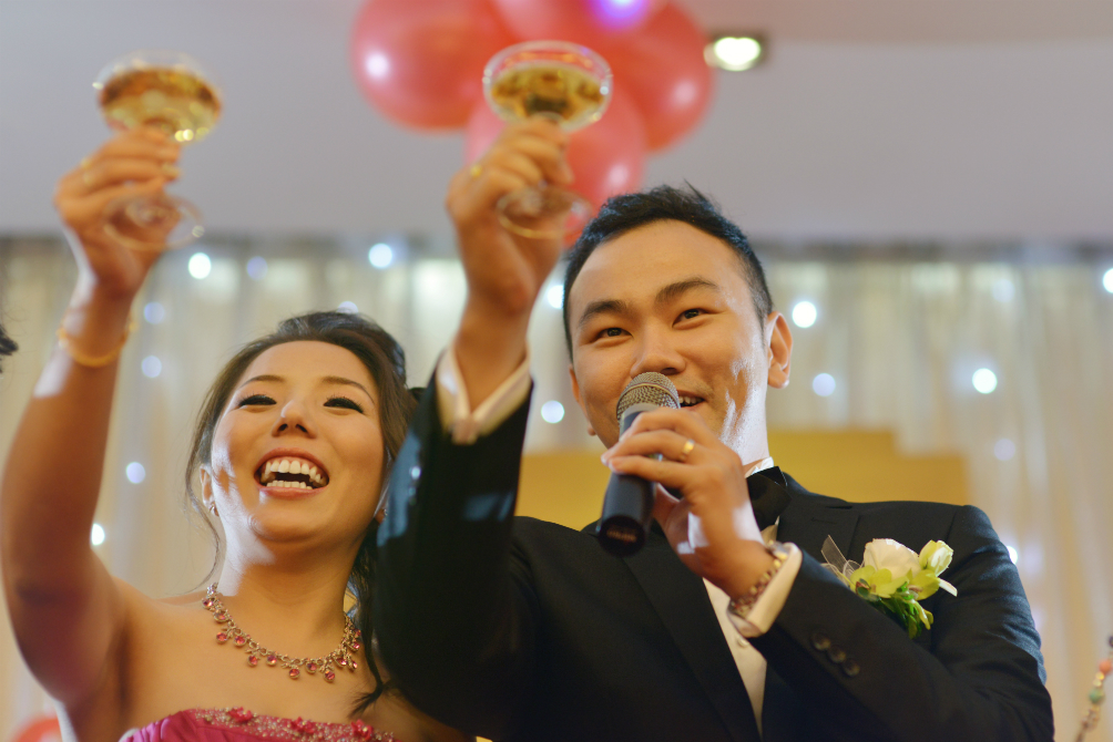 15 Thoughts Everybody Has at a Chinese Wedding Dinner