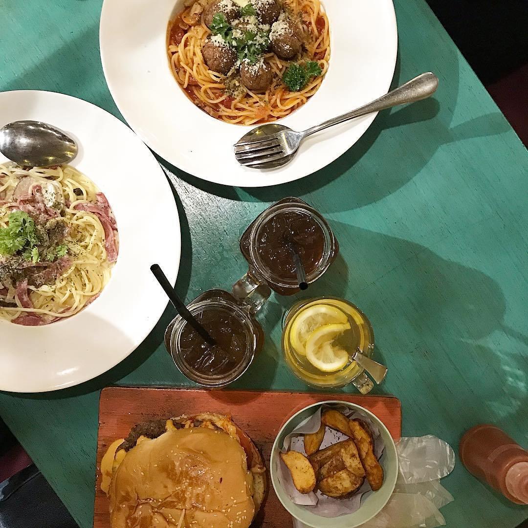 The food looks good too!