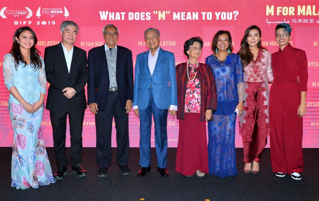 Jastina-Arshad-Vice-President,-Head-of-Astro-Shaw-Nusantara-,-Henry-Tan-Chief-Executive-Officer,-Astro-,-Tun-Zaki-Chairman,-Astro-,-Tun-Dr-Mahathir-Prime-Minister-of-Malaysia-,-Tun-Dr-Siti-Hasmah,-Datin-Paduka.JPG